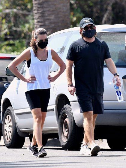 Lea Michele y su esposo, Zandy Reich, se tomaron un descanso del cuidado de su hijo y salieron a tomar un poco de aire fresco durante un paseo por su vecindario de Brentwood. Ambos estaban protegidos con tapabocas (Foto: Backgrid / The Grosby Group)