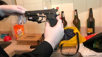 La pistola calibre .40 que encontraron en el departamento del detenido
