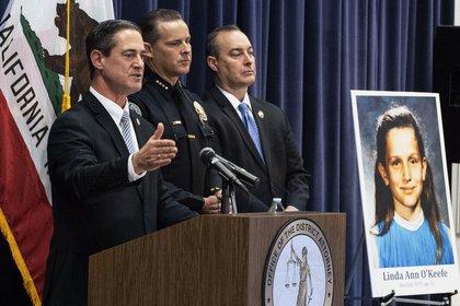 El fiscal de distrito del condado de Orange, Todd Spitzer, habla durante una conferencia de prensa en la oficina de OCDA en Santa Ana, California con la fotografía de Linda O'Keefe delante suyo (AP)