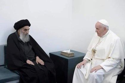 El Papa Francisco (dcha) se reúne con el principal clérigo chií iraquí, el gran ayatolá Ali al-Sistani, en Nayaf, Irak. 6 marzo 2021. Oficina del Gran Ayatolá Ali al-Sistani/entrega vía Reuters.
