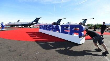 FOTO DE ARCHIVO. Trabajadores instalan el stand de Embraer antes de la inauguración de la exposición de la Asociación Nacional de Aviación Comercial (NBAA, por sus siglas en inglés) en Las Vegas, Nevada, EEUU. 21 de octubre de 2019. REUTERS/David Becker.