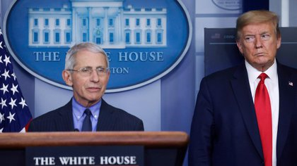 El presidente de los Estados Unidos, Donald Trump, observa a Anthony Fauci, director del Instituto Nacional de Alergias y Enfermedades Infecciosas, en la Casa Blanca en Washington, en abril pasado (Reuters)