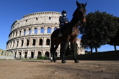 An Italian mounted police officer is seen in front of the Colosseum, as the spread of the coronavirus disease (COVID-19) continues, in Rome, Italy, April 26, 2020. REUTERS/Alberto Lingria