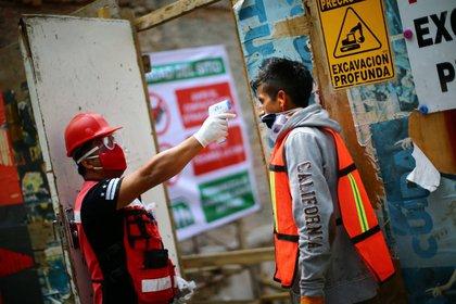El protocolo de seguridad incluye tomar la temperatura de los obreros en los ingresos de las obras