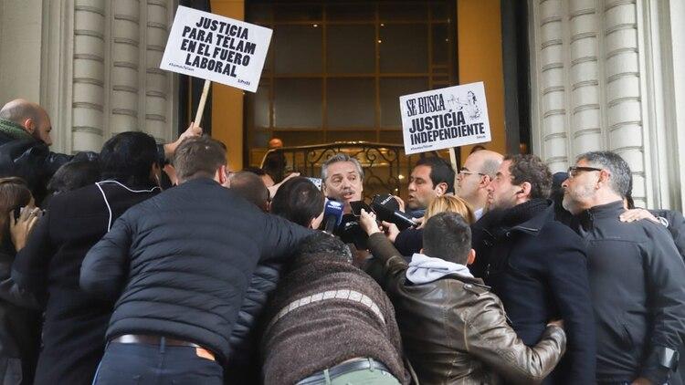 El precandidato presidencial habló con la prensa que lo esperaba en la puerta del Otamendi