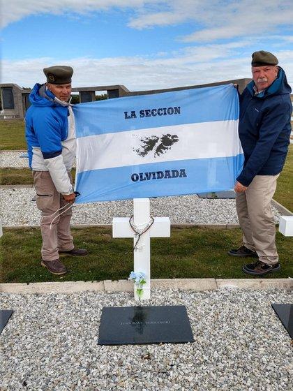Mendoza y Oliva en Darwin, con la bandera de la Sección Olvidada