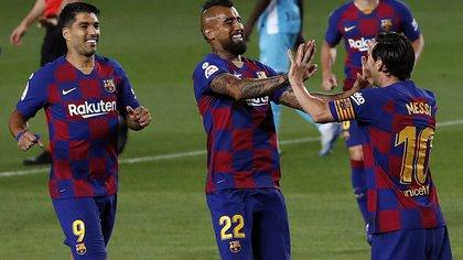 Los jugadores del FC Barcelona, el argentino Leo Messi (d), el chileno Arturo Vidal (c) y el uruguayo Luis Suárez, celebran el segundo gol del equipo blaugrana durante el encuentro correspondiente a la jornada 29 de primera división que disputaron anoche frente al CD Leganés en el estadio del Camp Nou, en Barcelona. EFE/Alberto Estévez.