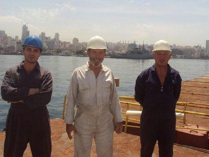 Boris Prokoshev, Boris Musinchak y un miembro de la tripulación del Rhosus (REUTERS/Personal archives of Boris Musinchak)
