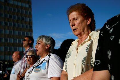 Sara Garfunkel canta el himno nacional (Foto: Reuters)