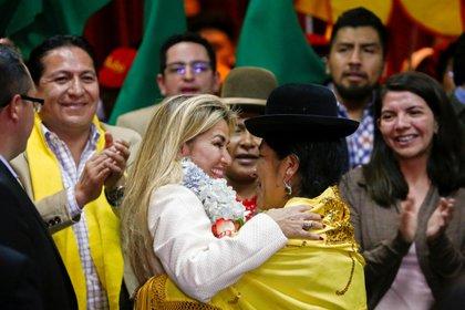 Yola Mamani y la presidente de Bolivia Jeanine Áñez