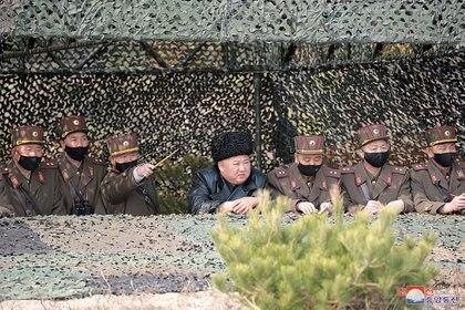 El líder de Corea del Norte, Kim Jong Un, observa una competencia de fuego de artillería entre las unidades de artillería bajo el Cuerpo 7 y el Cuerpo 9 del Ejército Popular de Corea en un campo de entrenamiento en Corea del Norte, el 12 de marzo de 2020 (KCNA vía REUTERS)