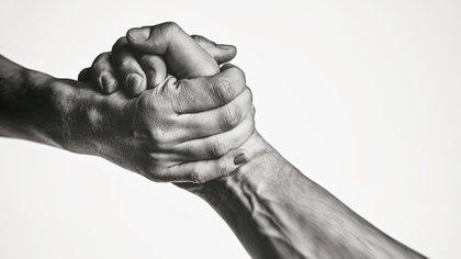 Los hombres menores de 65 años con poca fuerza de agarre tienen una probabilidad significativamente mayor de tener pensamientos suicidas, según un estudio (Shutterstock.com)