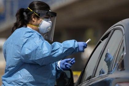Una enfermera de San Diego tomando pruebas de coronavirus  REUTERS/Mike Blake