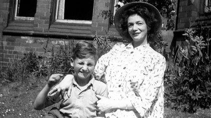 John Lennon a los nueve años  junto a su madre Julia en Rock Ferry (MediaPunch/Shutterstock)