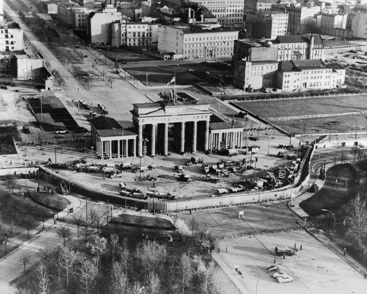 Vista aérea de la Puerta de Brandenburgo tras la construcción del muro de Berlín a lo largo de la frontera entre Berlín Este y Oeste a finales de 1961 (Foto de Granger/Shutterstock (8653912a))