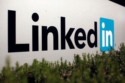 FOTO DE ARCHIVO: el logo de LinkedIn en Mountain View, California. REUTERS/Robert Galbraith