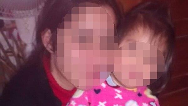 María T. y su hija, un año después de que Plasencia le hiciera un aborto forzado.