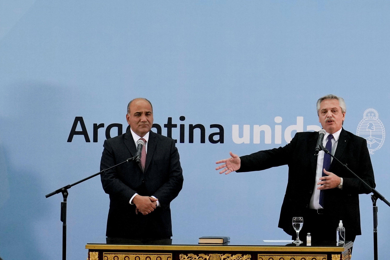 El presidente de Argentina, Alberto Fernández (d), y el jefe de gabinete Juan Manzur