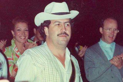 La estrella Virginia Vallejo sonríe detrás de Pablo Emilio Escobar Gaviria, quien fue su amante durante cinco años.  Ahora, ha lanzado una batalla legal contra Netflix.
