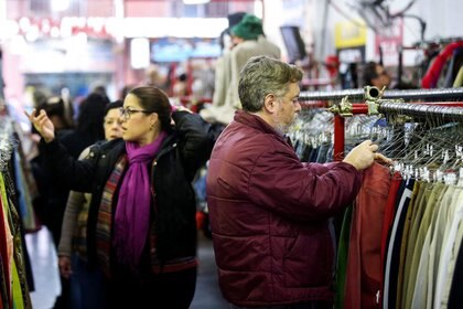 Hay compañías que compran hasta diez prendas de vestir y envían un domiciliario a la casa para que las recoja .REUTERS/Agustín Marcarian/Archivo