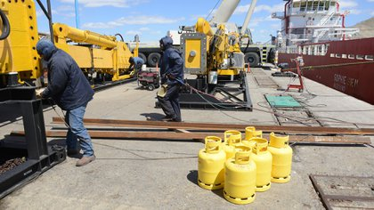 Los operarios trabajan en el puerto de Comodoro Rivadavia