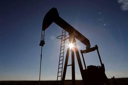 FOTO DE ARCHIVO: Puesta de sol tras una bomba de petróleo en la Cuenca Pérmica en el Condado de Loving, Texas, EEUU, el 22 de noviembre de 2019. REUTERS/Angus Mordant/Foto de archivo