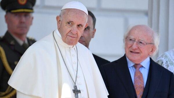 El papa Francisco, junto al presidente de Irlanda, Michael Higgins, durante su visita a Dublín(REUTERS/Dylan Martinez)