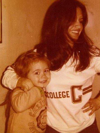 Alika, con sólo dos años, en los brazos de su madre