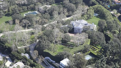 La mansión situada sobre Angelo Drive fue construida con la ambición de ser la más grande, cara y ostentosa de la zona. En la década del treinta, Jack Warner compró el terreno y construyó la casa. Varias piletas, vivienda con decenas de habitaciones de estilo colonial español, casas de huéspedes enormes, cancha de tenis y hasta un campo de golf de nueve hoyos (The Grosby Group)