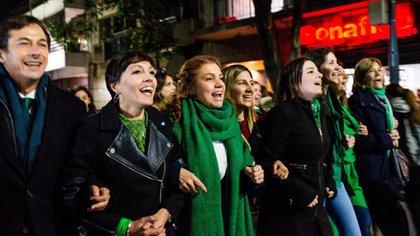 Karina Banfi, junto con otros legisladores, cuando se aprobó la legalización del aborto en la Cámara de Diputados