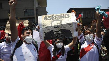 El ex presidente Manuel Merino, su primer ministro, y los altos mandos de la Policía Nacional fueron denunciados por homicidio tras la muerte de dos manifestantes (AP Foto/Rodrigo Abd)