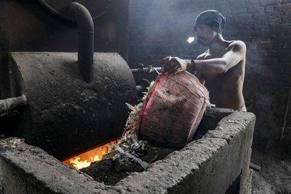 Basura plástica ingresada a un horno comercial (Ulet Ifansasti/The New York Times)