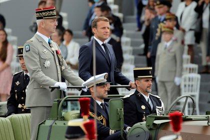 El presidente francés Emmanuel Macron y el jefe del ejército, el General Francois Lecointre (Christophe Ena/Pool via REUTERS)