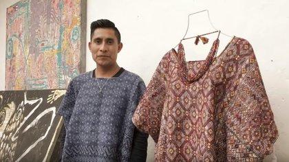 Alejandro López Gómez, el diseñados tzotzil que presentará sus diseños de tejido el Fashion Week de Nueva York  (Foto: Captura de pantalla/ Deutsche Menschenrechtskoordination Mexiko)