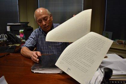 Baldemar Velásquez, presidente de Farm Labor Organizing Committee, muestra el acuerdo alcanzado en los 70 con Campbell para mejorar las condiciones de los trabajadores del campo, durante una entrevista con Efe el 10 de octubre de 2020, en Toledo, Ohio (EE.UU.). EFE/ Jairo Mejía