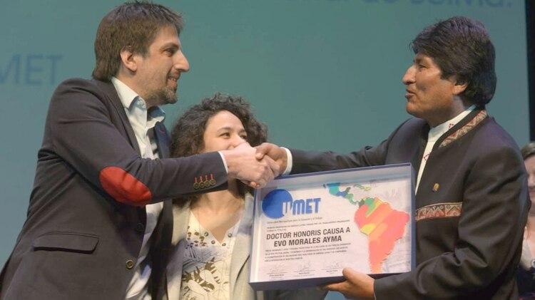 Nicolas Trotta le hizo entrega al entonces presidente de Bolivia, Evo Morales, la distinción