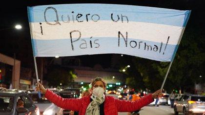 Además de los respectivos cacerolazos, la protesta se trasladó a las redes sociales, donde los usuarios subieron sus videos, en muchos casos junto al hashtag #NoCierrenLasEscuelas (Franco Fafasuli)