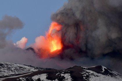 """El volcán Etna, situado en Sicilia (sur de Italia), ha entrado este martes en erupción y ha levantado una columna de humo de más de un kilómetro que ha obligado al aeropuerto de Catania a suspender toda su actividad, a causa de los problemas de visibilidad dada su proximidad. """"Debido a la actividad eruptiva del Etna y las consecuencias contextuales de la ceniza volcánica, el aeropuerto de Catania está actualmente cerrado"""", anunciaron las autoridades aeroportuarias en las redes sociales. EFE/EPA/ORIETTA SCARDINO"""