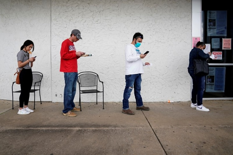 Desocupados en los Estados Unidos haciendo cola para cobrar el seguro de desempleo