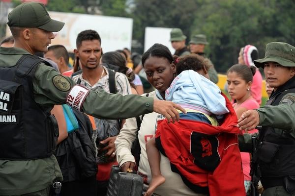 De acuerdo a cifras de Migración Colombia, más de 800.000 venezolanos han ingresado a Colombia en los últimos 15 meses. (AFP)