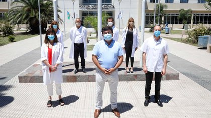 El Intendente de La Matanza junto a miembros del plantel del Hospital donde se vacunó