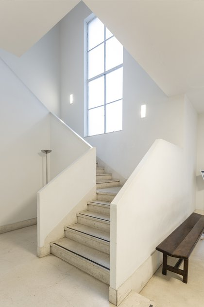 Los ambientes de la casa, así como las aberturas y las chimeneas están distribuidos respetando los ejes de simetría y los órdenes compositivos clásicos (Bruto Studio)