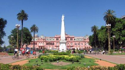 Los transeúntes pasan todos los días por uno de los lugares con más relevancia histórica de la Argentina (istock)