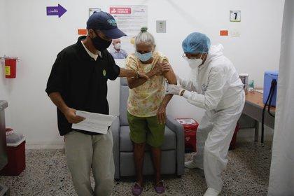 Adultos mayores reciben la vacuna contra la Covid-19 hoy, en el Hospital Universitario del Caribe, en Cartagena (Colombia). EFE/ Ricardo Maldonado