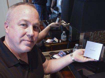 Richard Stokes, CEO y fundador de Winston Privacy muestra elnuevo router de su compañía (AFP)