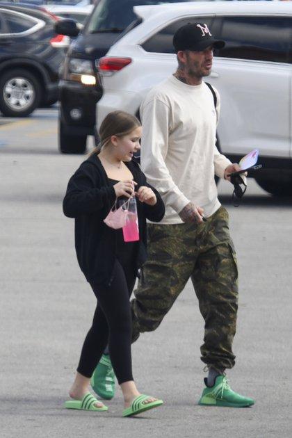 David Beckham y su hija Harper estuvieron haciendo compras en un shopping de Miami. Padre e hija caminaron sin tapabocas por el estacionamiento y se lo colocaron antes de ingresar a una tienda de zapatillas, en donde se llevaron un par