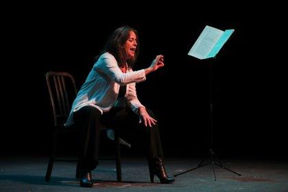 La actriz Raquel Diana participa hoy, en un homenaje con motivo de los 100 años del nacimiento de Mario Benedetti, en el teatro El Galpón de Montevideo (Uruguay). EFE/ Raúl Martínez
