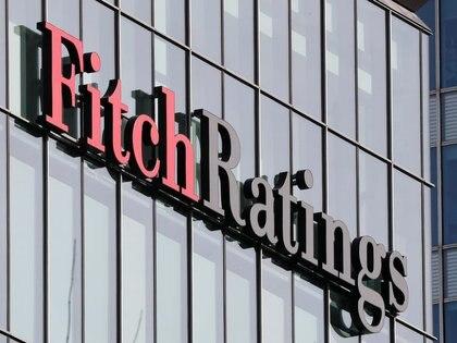 Imagen de archivo del logo de la agencia calificadora de riesgo Fitch Ratings visto en sus oficinas del distrito financiero Canary Wharf, en Londres, Marzo 3, 2016.  REUTERS/Reinhard Krause