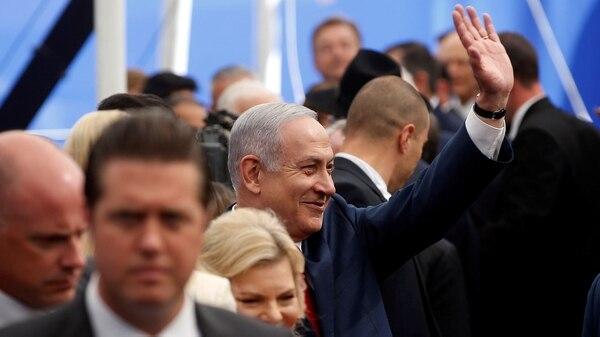 Netanyahu saluda al llegar a la nueva embajada de Estados Unidos en Jerusalén (Reuters)