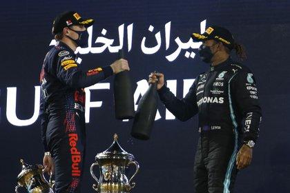 Lewis Hamilton y Max Verstappen protagonizaron una gran lucha en el final (REUTERS/Hamad I Mohammed).